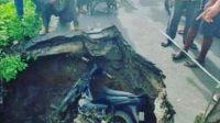 Kecelakaan Motor di Kresek, Kecelakaan Motor di Patrasana, Kecelakaan Motor di Tangerang, Motor Kejungkel di Jalan, Jalanan Amblas, Motor Terperosok Lubang, Motor Masuk Lobang, Berita Banten, Berita Banten Terbaru, Berita Banten Hari Ini, Berita Kabupaten Tangerang, Berita Kabupaten Tangerang Terbaru, Berita Kabupaten Tangerang Hari Ini: Pengendara Motor Terperosok ke Jalan Amblas di Patrasana Kresek