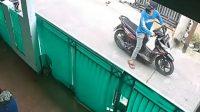 Berita Banten, Berita Banten Terbaru, Berita Banten Hari Ini, Berita Kabupaten Tangerang, Berita Kabupaten Tangerang Terbaru, Berita Kabupaten Tangerang Hari Ini: Pencuri Sepeda Motor di Medang Lestari Terekam CCTV